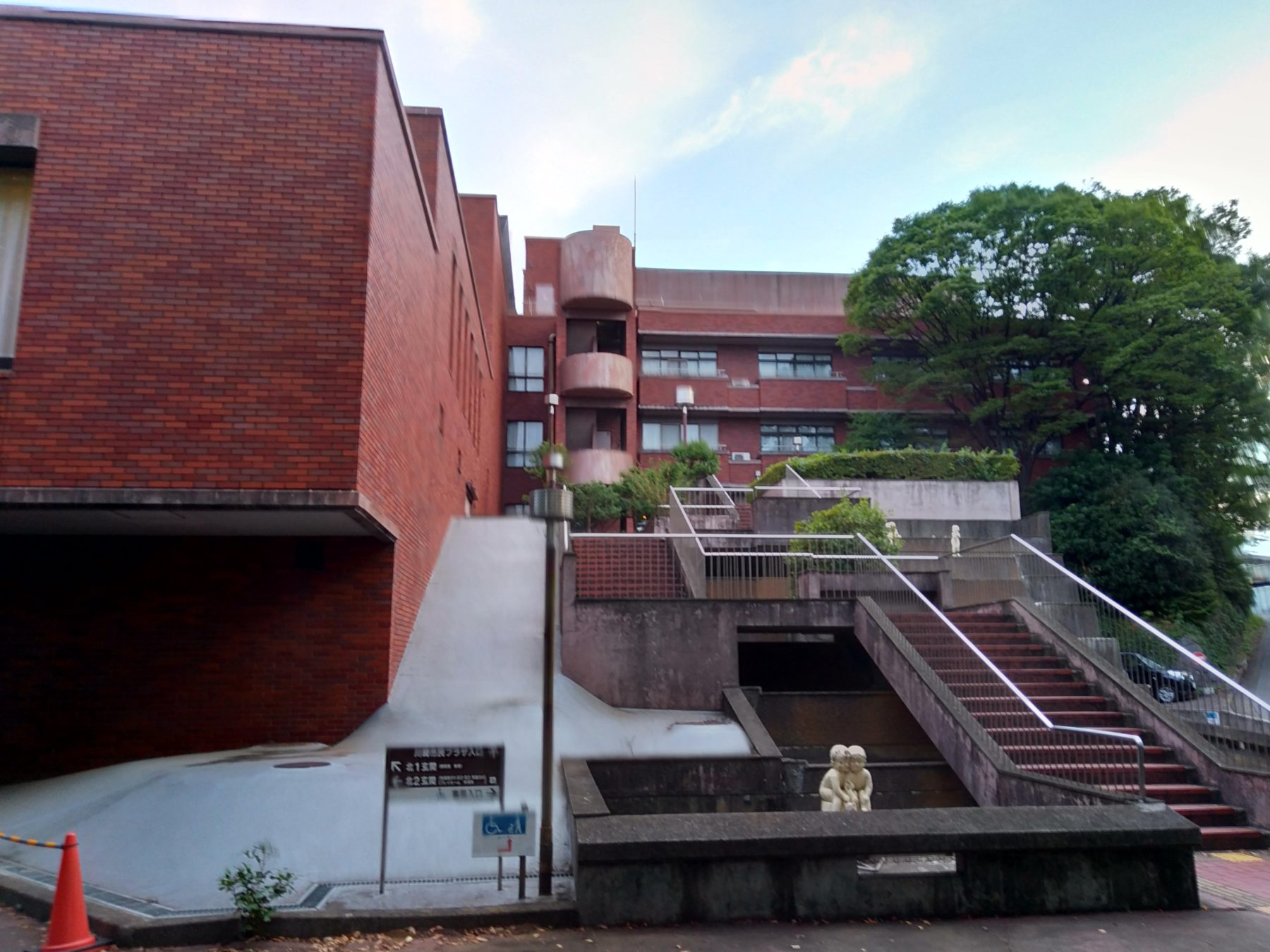 川崎市民プラザ温水プールの外観